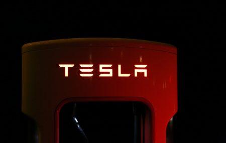 Tesla continua con i suoi progetti futuristici. L'azienda di Elon Musk ha avviato in Australiail progetto della prima centrale elettrica virtuale. Questo coinvolgerà cinquantamila case e metterà in circolo le eccedenza di energia prodotte dai pannelli solari. Ridurre i blackout e abbattere la dipendenza dalle fonti fossili sono i due obiettivi principali di questo progetto […]